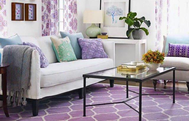 80317592e6 Dokonalá farba v kombinácii s fialovou farbou bude biela. Najčastejšie sa  používa na vytvorenie hlavného pozadia interiéru.